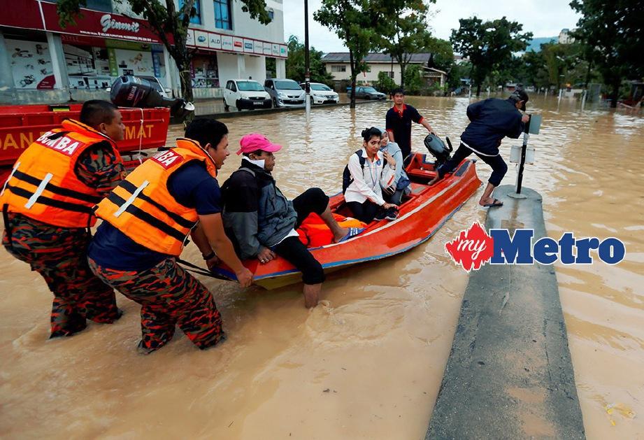 ANGGOTA Bomba menggunakan bot untuk memindahkan mangsa banjir di Georgetown, Pulau Pinang. FOTO/RAMDZAN MASIAM