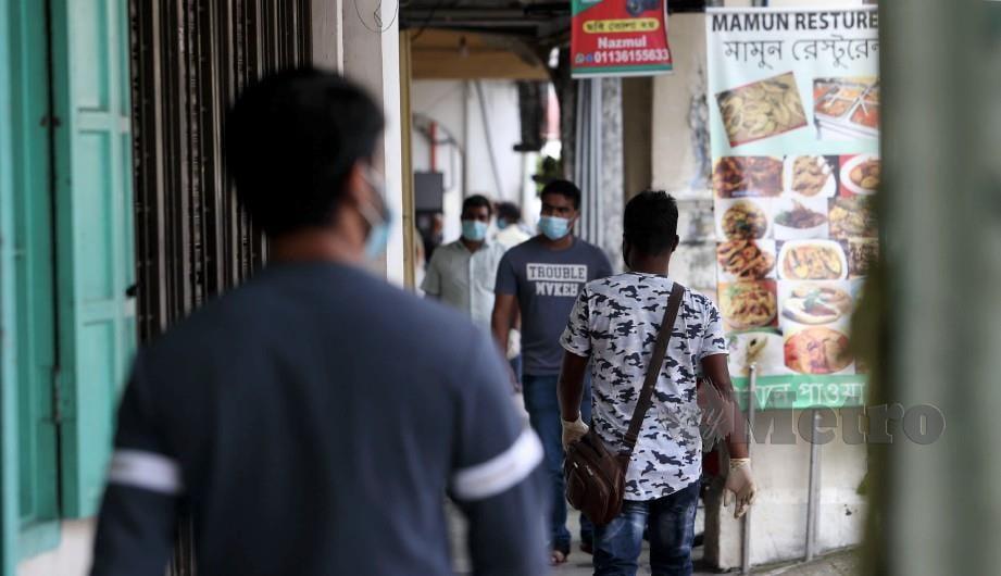 WARGA asing di sekitar Pekan Ampang, Kuala Lumpur. FOTO Mohamad Shahril Badri Saali