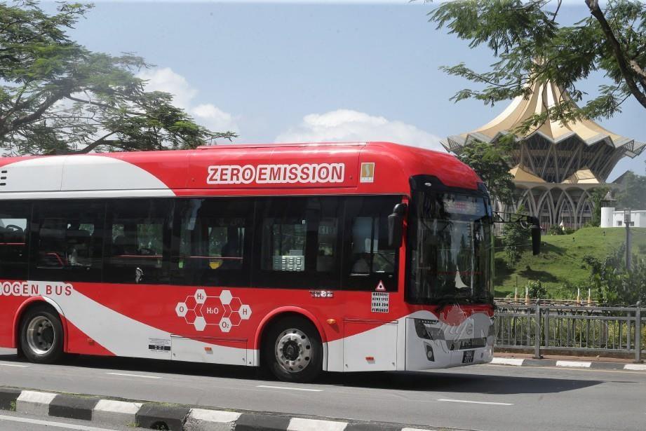 Perkhidmatan bas hidrogen mula beroperasi di Kuching hari ini. Foto Mohd Radzi Bujang