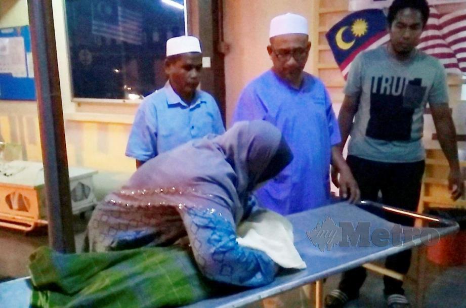 AHLI keluarga Median Sandra tidak dapat menahan sebak dengan kejadian menimpa mangsa di Bilik Forensik Hospital Kemaman, hari ini. FOTO Rosli Ilham.