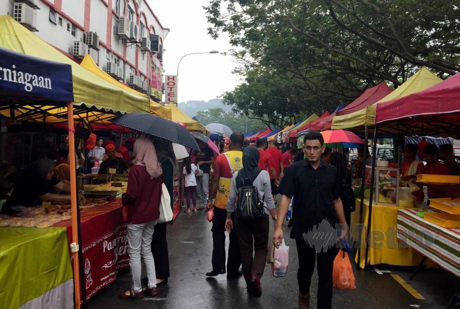 Keadaan Bazar Ramadan Danau Kota, Kuala Lumpur  yang mempunyai lebih 100 peniaga dan penjaja. Foto Bernama.