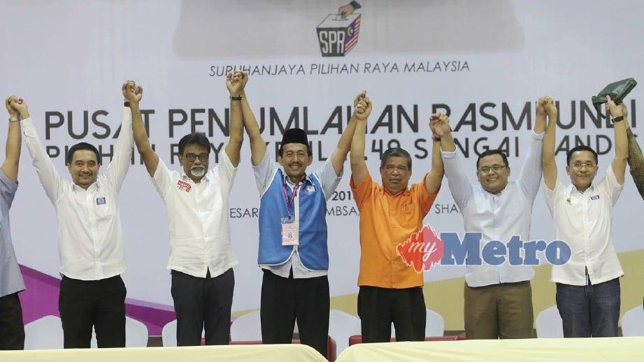 MENTERI Pertahanan, Mohamad Sabu (tiga kanan) bersama Amirudin (dua kanan) dan Mohd Zawawi meraikan kemenangan PRK DUN Sungai Kandis di Shah Alam. FOTO Roslin Mat Tahir