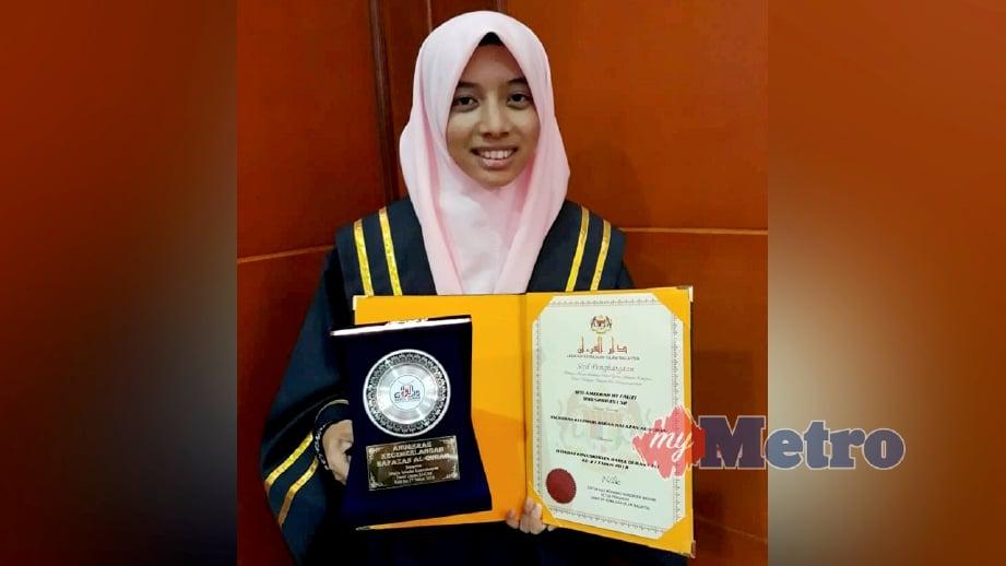 SITI Ameerah menunjukkan sijil dan hadiah yang diterima dalam kategori Anugerah Kecemerlangan Hafazan al-Quran. FOTO Amrullah Abdul Karim