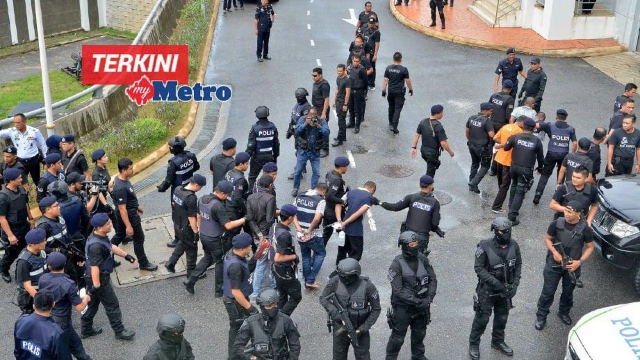 ANGGOTA polis mengawal ketat ahli Geng 24 Apache yang dibawa ke Mahkamah Sesyen Klang. FOTO Faiz Anuar