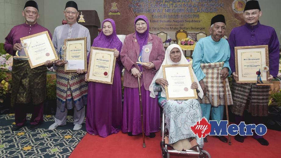 OSMAN (dua kiri) bersama penerima anugerah khas. FOTO Muhammad Sulaiman