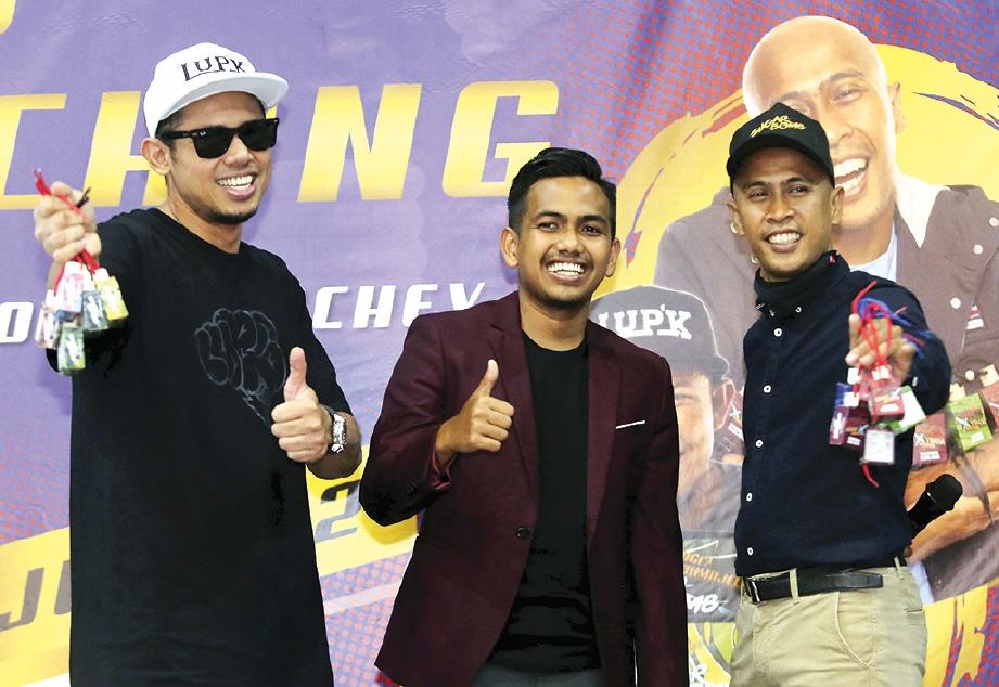 PENGURUS Besar SugarBomb, Kanumbu Agussalim bersama pelawak, Achey dan Nabil Ahmad ketika hadir merasmikan produk SugarBomb di Ruang 16 Seksyen, Shah Alam.