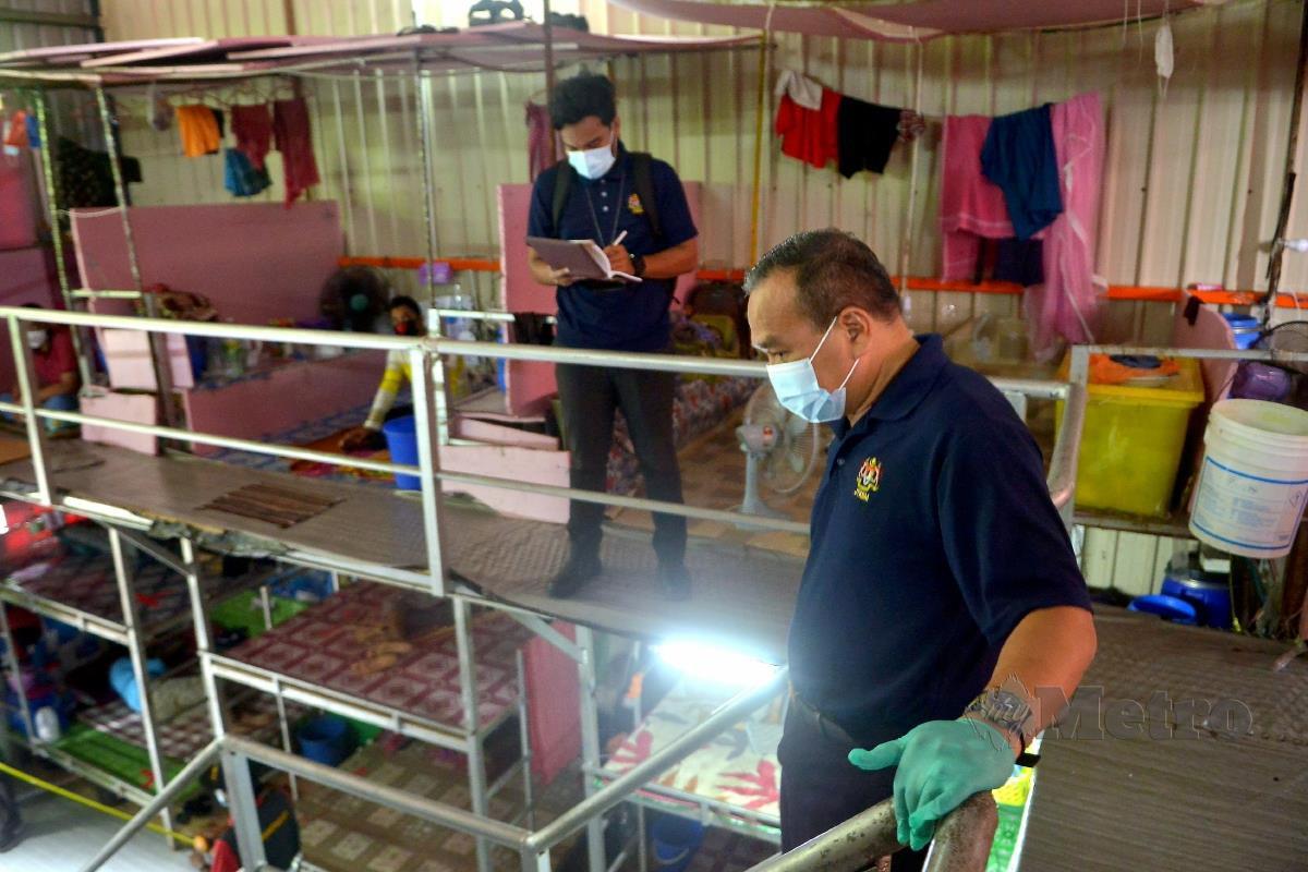 Timbalan Ketua Pengarah (Operasi) JTKSM, Mohd Asri Abdul Wahab (kanan) ketika operasi menyerbu sebuah syarikat yang menempatkan asrama pekerja warga asing di Bandar Sultan Suleiman, Pelabuhan Klang. FOTO FAIZ ANUAR