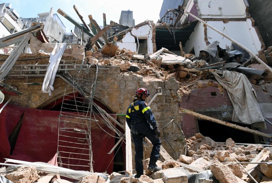ANGGOTA pasukan penyelamat Perancis berada di hadapan sebuah bangunan yang runtuh di kejiranan Gemayzeh, Beirut. FOTO AFP