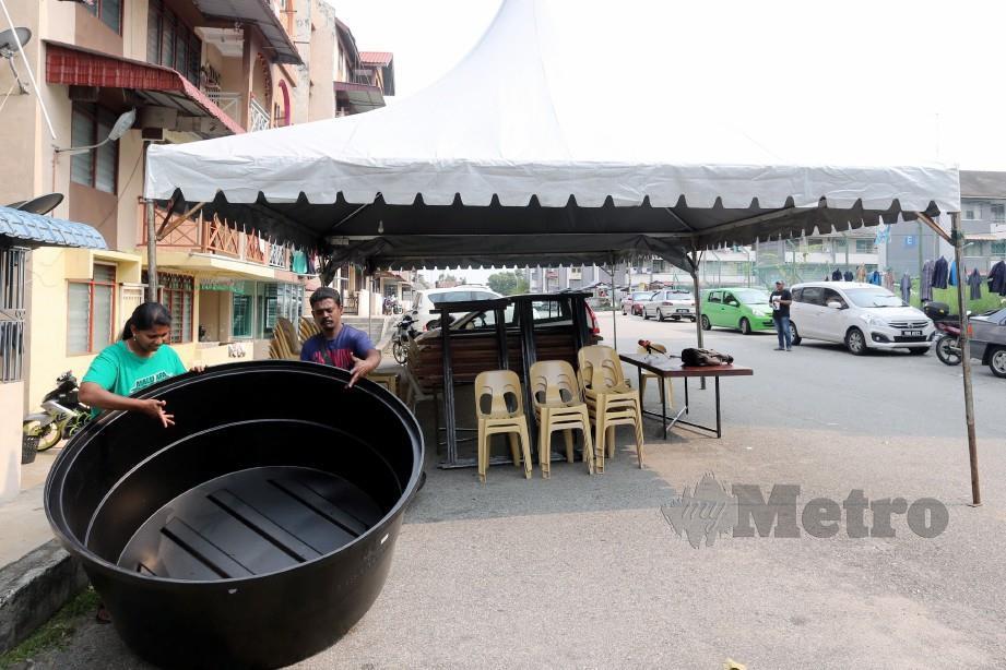 Parames menunjukkan tong bekalan air yang kosong berikutan krisis air di Melaka ketika ditemui di Pangsapuri Seri Siantan, Bukit Baru. Foto Rasul Azli Samad