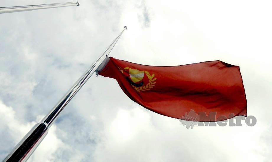 BENDERA negeri Kedah dikibarkan separuh tiang berikutan kemangkatan Sultan Pahang kelima, Paduka Ayahanda Sultan Haji Ahmad Shah Al-Musta'in Billah Almarhum Sultan Abu Bakar. FOTO Azhar Ramli