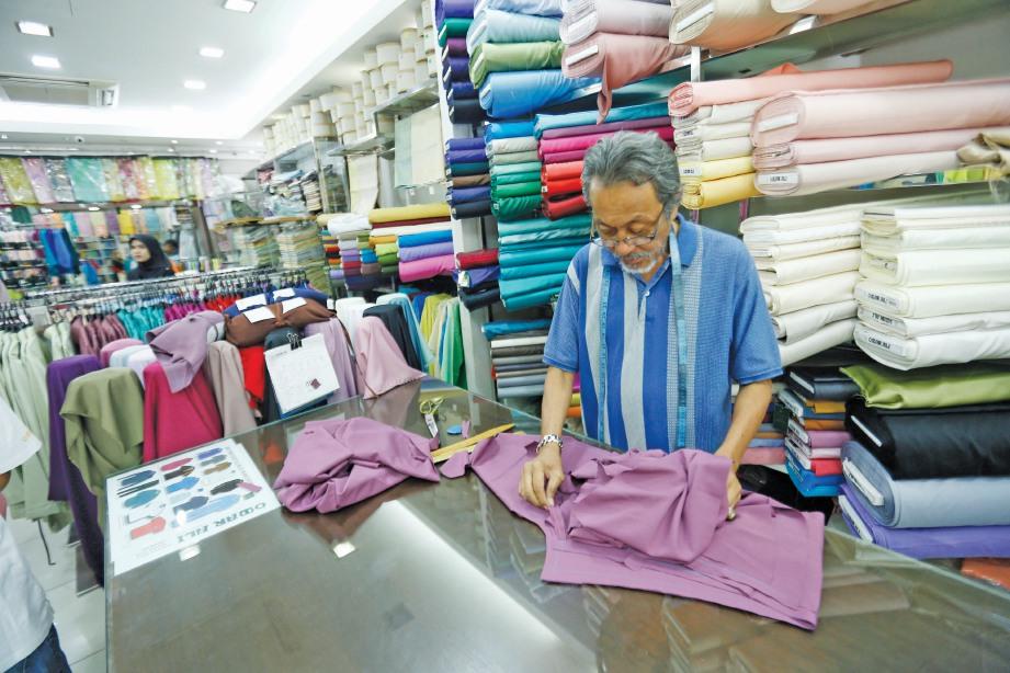 SETIAP pereka baju Melayu perlu peka dengan tanggungjawab menjaga tradisi busana berkenaan. (Gambar hiasan).
