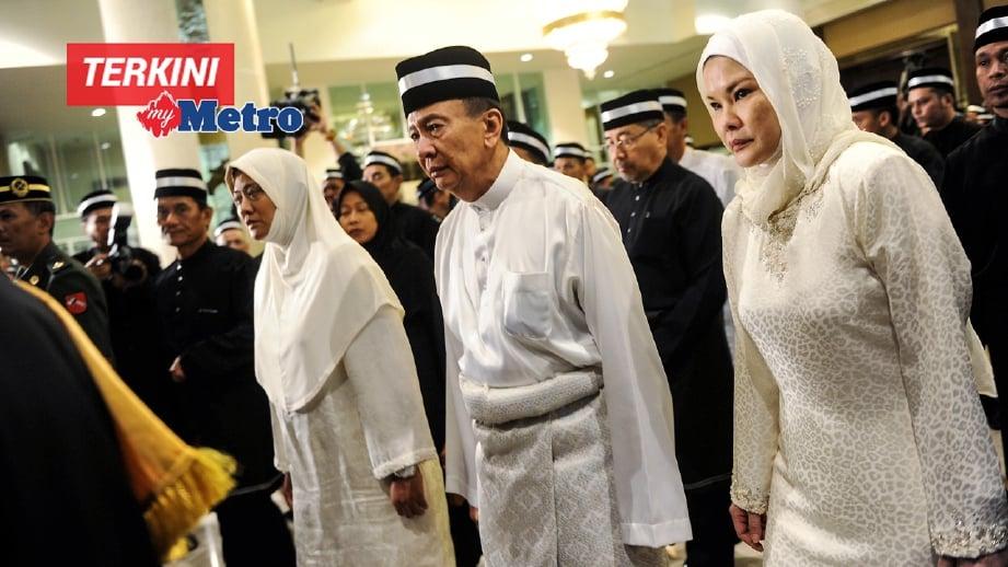 TUNKU Sallehuddin (tengah) danTunku Temenggong Kedah, Tunku Puteri Intan Shafinaz Sultan Abdul Halim (kiri) mengiringi jenazah Almarhum Sultan Abdul Halim ke Balai Penghadapan Istana Anak Bukit. FOTO Bernama