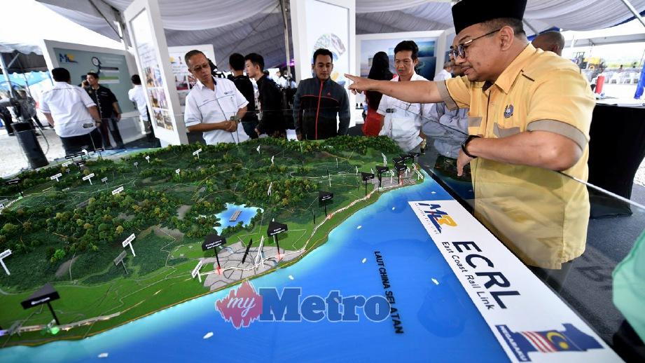 ORANG ramai melihat peta projek Laluan Rel Pantai Timur sempena majlis pecah tanah. FOTO Bernama
