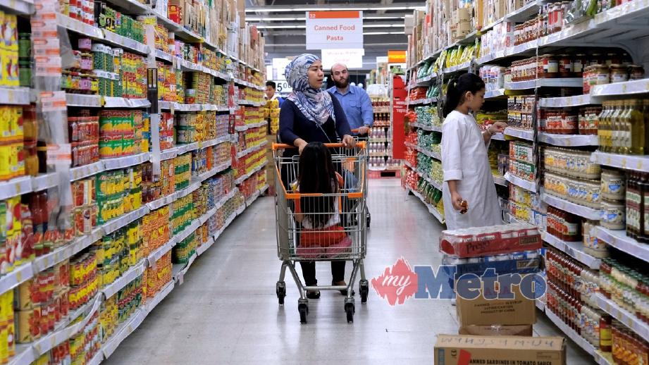 WANITA bersama anak memilih barangan keperluan di pasaraya di Wangsa Maju, kelmarin. Ketua Pengarah Jabatan Kastam Diraja Malaysia, Datuk T Subromaniam berkata, pelaksanaan SST akan mengecilkan jumlah barangan yang dikenakan cukai. FOTO Bernama