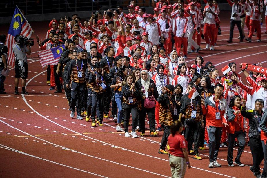 KONTINJEN negara berarak pada upacara penutupan rasmi Sukan SEA Ke-30 di Stadium Olahraga New Clark City. FOTO BERNAMA