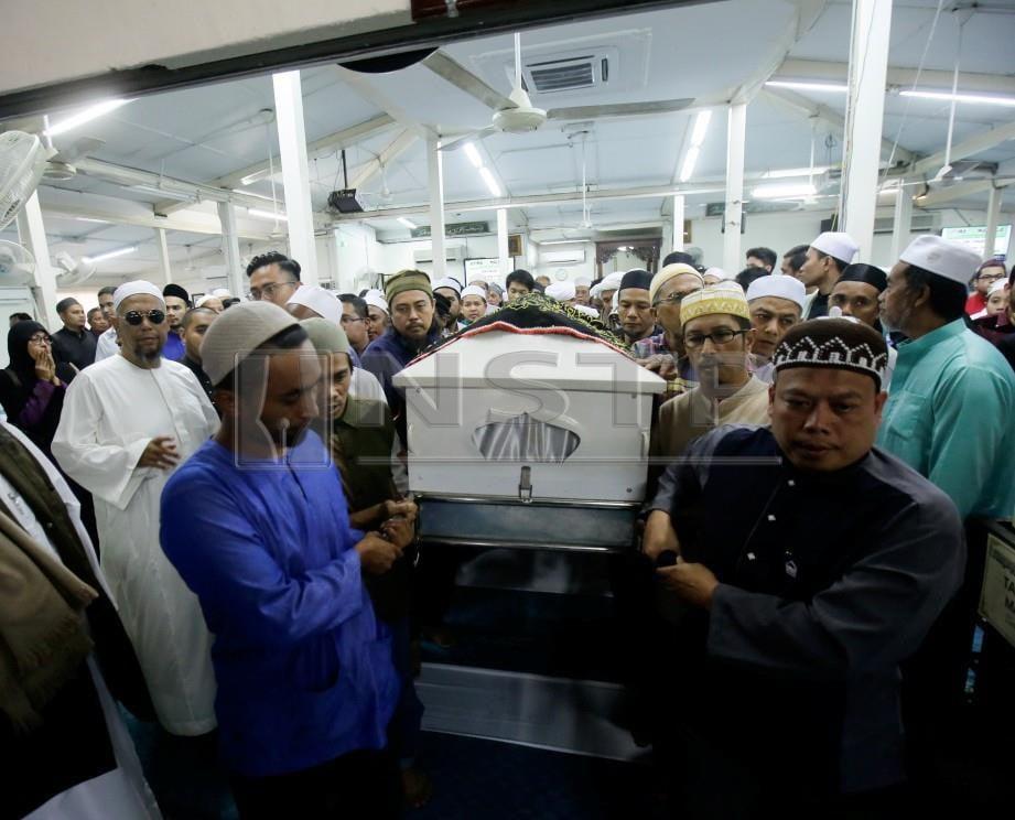 BOB Lokman mengiringi jenazah anaknya Mohamad Adam Mohd Hakim Lokman ketika majlis pengebumian jenazah di Masjid Jamek Al Hikmah, Kuang. FOTO - Syarafiq Abd Samad / NSTP