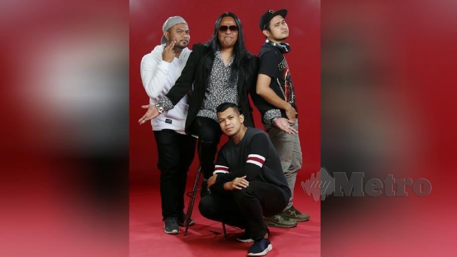 HARRY (tengah) bersama kumplan UNIC menghasilkan lagu Padu Bossku sejak dua tahun lalu dan tiada kaitan dengan elemen politik. FOTO Arkib NSTP