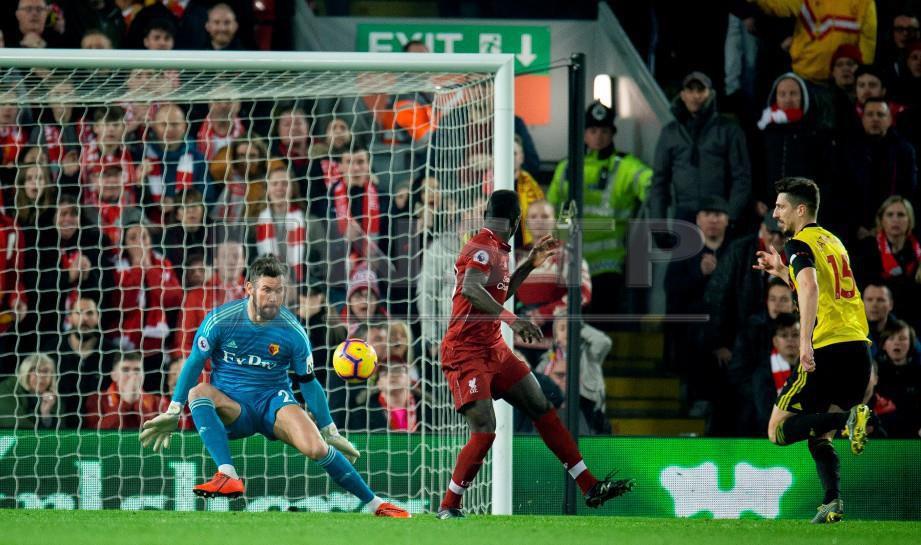 Pemain Liverpool Sadio Mane (dua dari kanan) menjaringkan dua gol untuk pasukan itu menewaskan Watford, di Stadium Anfield. FOTO EPA.