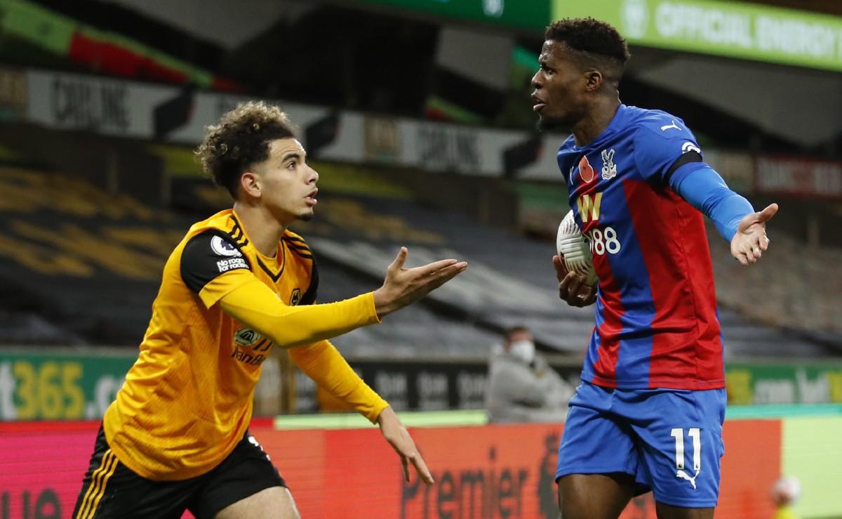 AIT-NOURI (kiri) berang dengan Wilfried Zaha dari Crystal Palace (kanan). FOTO AFP