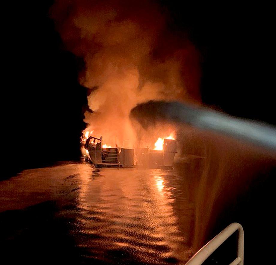 USAHA memadam api marak dalam kebakaran sebuah kapal di luar pantai California. FOTO Mail Online