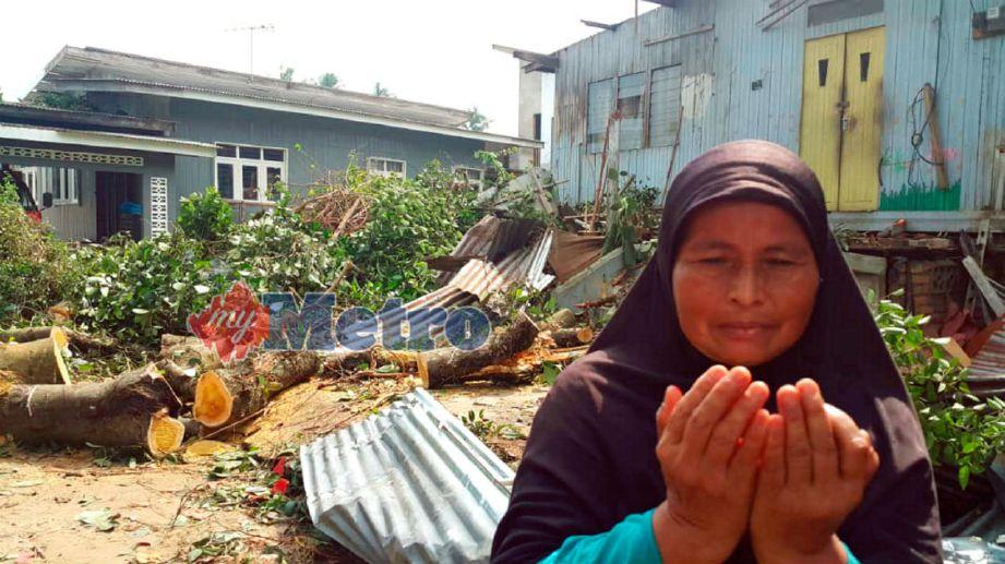MANGSA ribut, Rusnani Harun hanya mampu berdoa ketika ribut melanda rumahnya di Kampung Kuin Pasir dalam kejadian puting beliung di Bachok. Foto STR/NOR AMALINA ALIAS