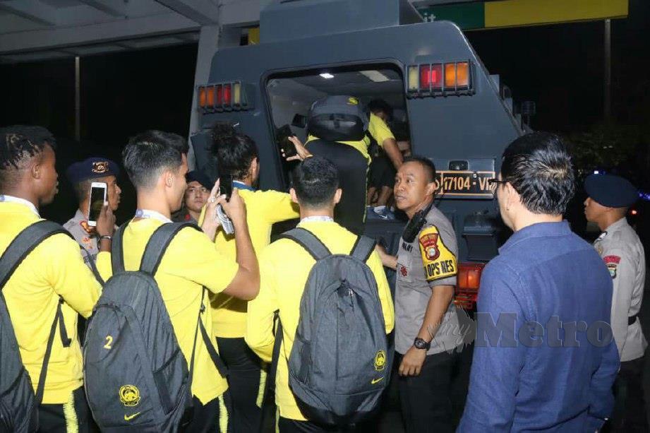 Pemain skuad negara di bawa menaiki kereta perisai barracuda ke hotel penginapan.
