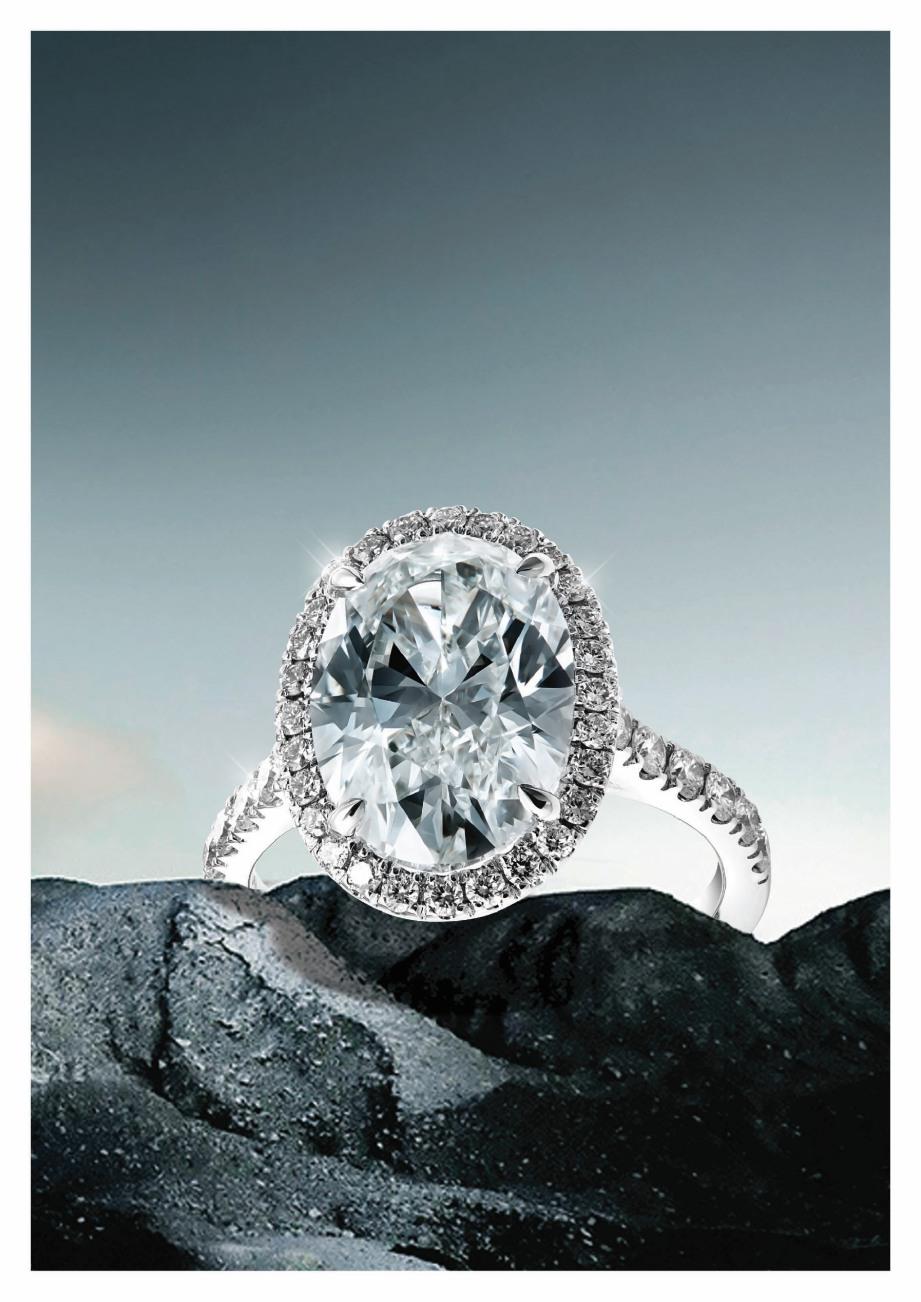 RINGKAS namun menawan, cincin emas putih 18 karat bertatahkan berlian sesuai sebagai cincin pertunangan.