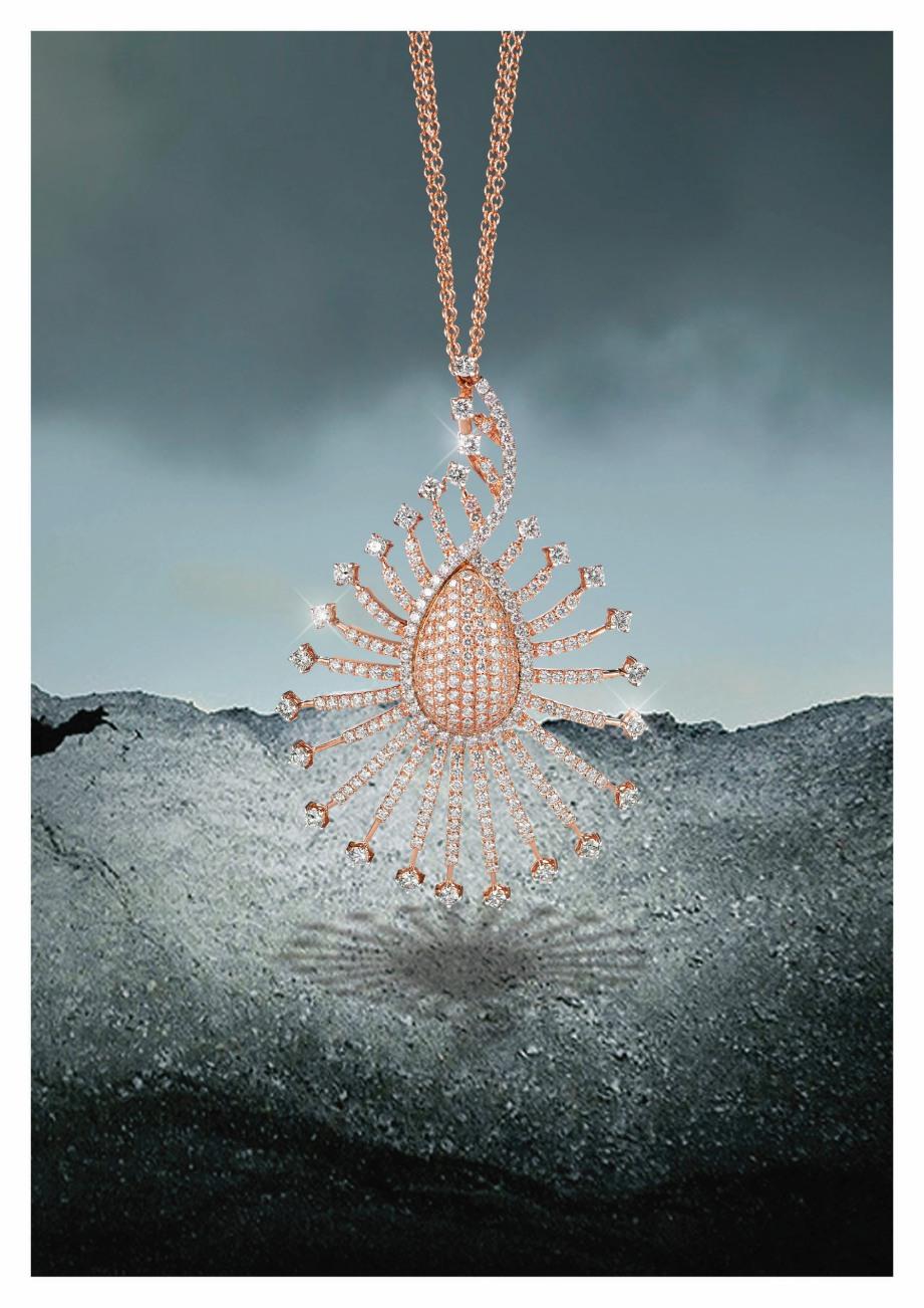 DIINSPIRASIKAN daripada bulu burung merak, loket emas merah jambu 18 karat bertatahkan berlian.