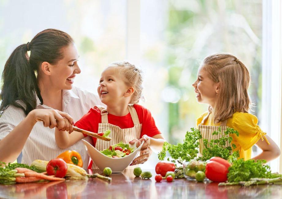 IBU bapa perlu tunjukkan teladan yang baik kepada anak-anak. FOTO: Sumber Google