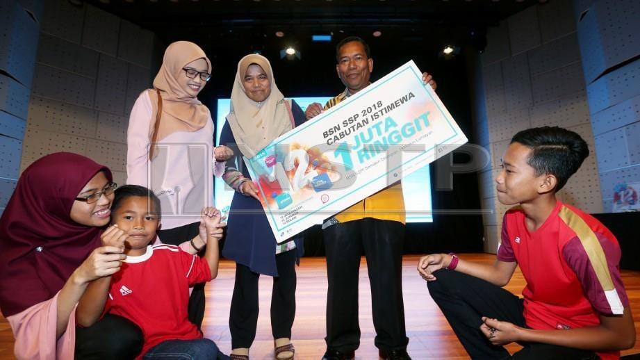 Pemenang cabutan BSN SSP bulan Disember 2018, Yahaya Abdullah dari Terengganu pada majlis meraikan cabutan BSN SSP terakhir 2018 di Wisma BSN Kuala Lumpur. FOTO Rohanis Shukri.