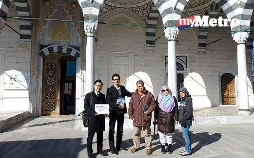 PENULIS (tengah) bersama rakan media, Bilal dan Pengurus Promosi Pelancongan Inspirations of Japan, Yoshiro Shibata (kiri) di hadapan Masjid Camii.