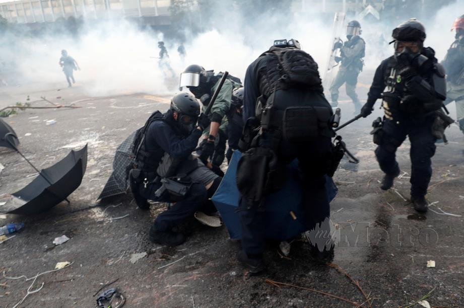 PENUNJUK perasaan di Hong Kong ditahan polis.