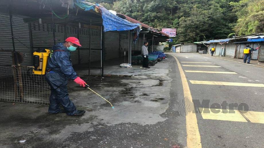 Petugas MDCH melakukan semburan penyahkuman di kawasan tumpuan pelancong. FOTO Ihsan MDCH