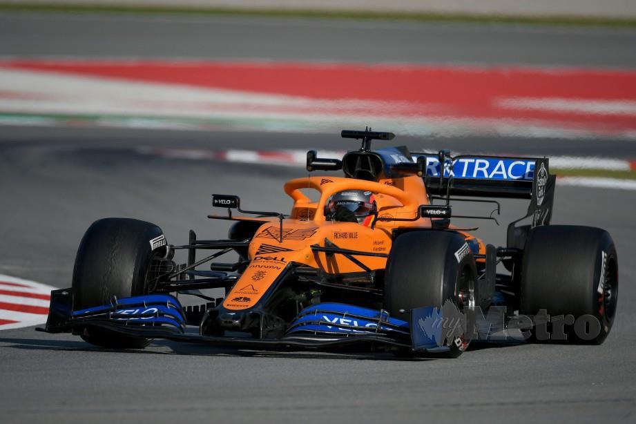 Pemandu McLaren, Carlos Sainz menguji jenteranya di Barcelona. FOTO File AFP