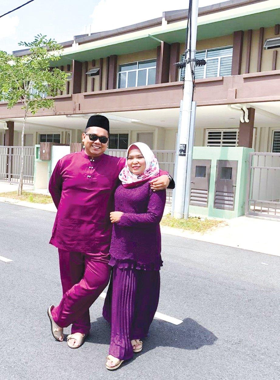MOD Sha Affandi bersama isteri, di hadapan rumah pertamanya di Nilai, Negeri Sembilan.