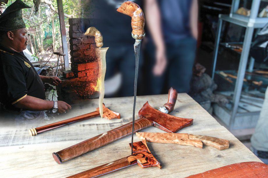 AZMI Azhar menunjukkan cara pembuatan keris bermula kerja membakar besi.
