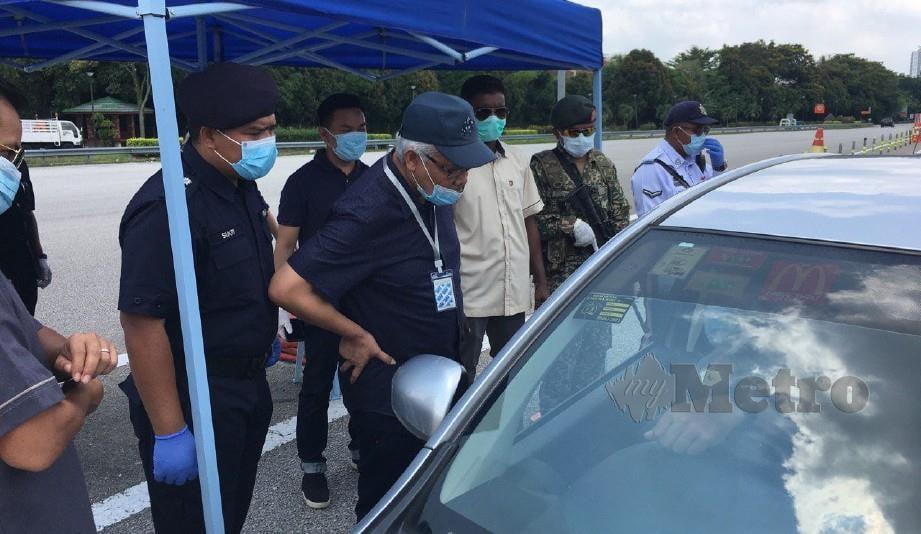 Menteri Dalam Negeri, Datuk Seri Hamzah Zainudin (tengah).