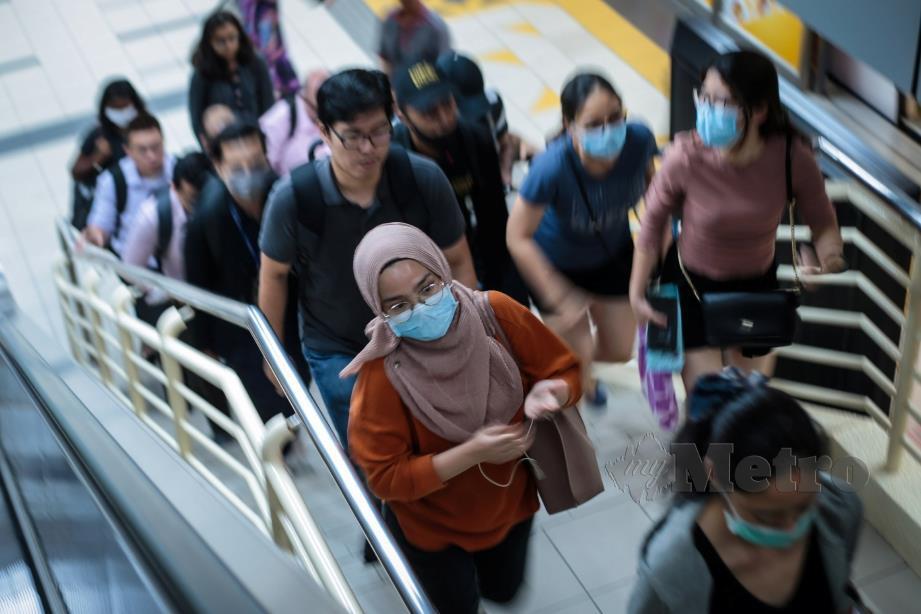PENUMPANG LRT memakai penutup mulut sebagai langkah pencegahan berikutan penularan wabak Covid-19 ketika tinjauan di Stesen Masjid Jamek. FOTO Asyraf Hamzah