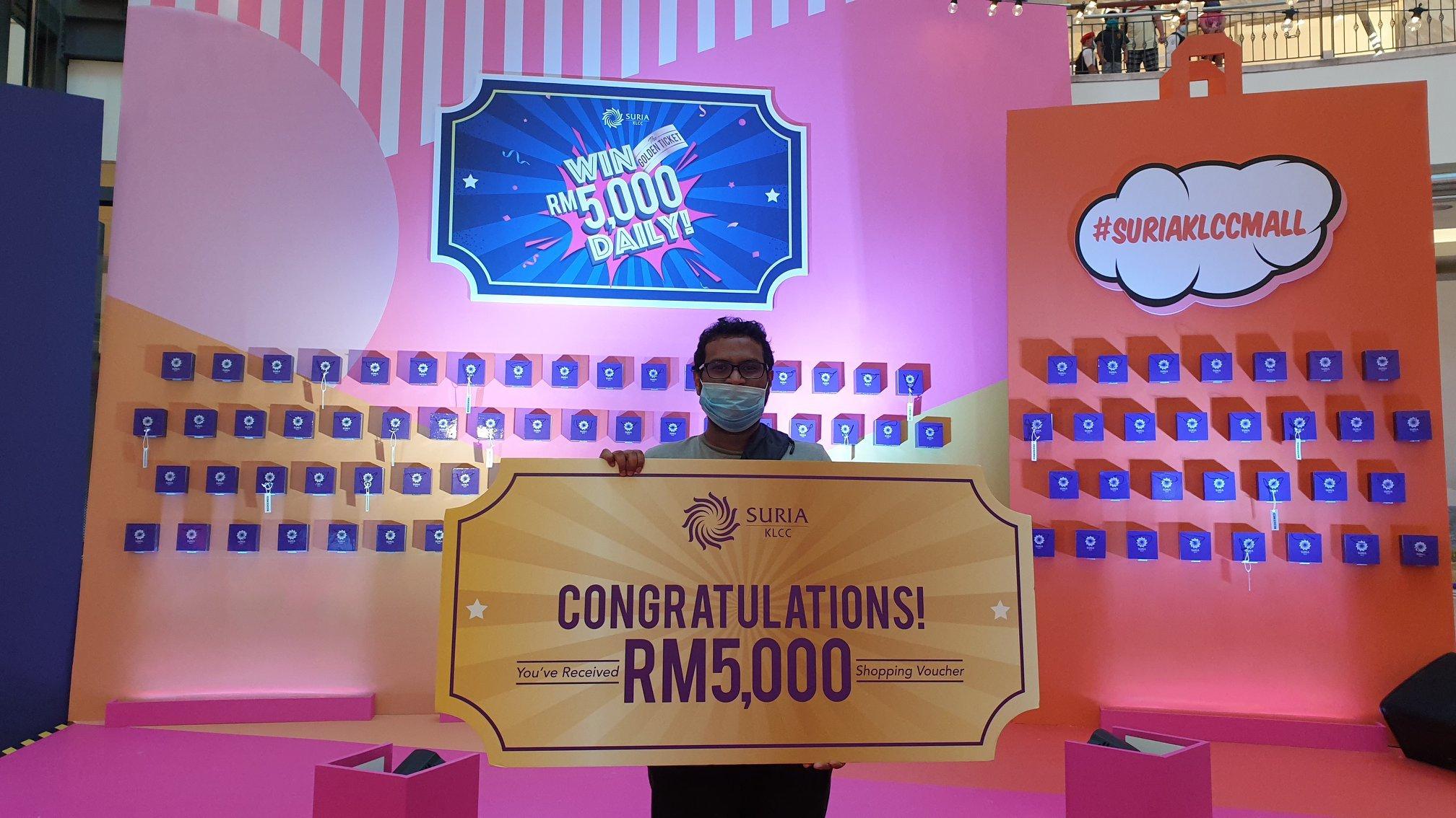 Antara pelanggan bertuah menerima baucar bernilai RM 5,000 di Kempen The Golden Ticket