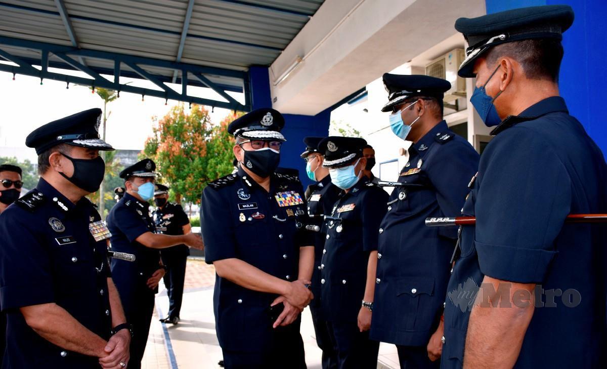 MAZLAN (dua kiri) beramah mesra dengan anggota dan pegawai polis di Melaka pada Majlis Penyampaian Sumbangan Bakul Makanan Kepada Pesara, Anggota dan Pegawai Awam Asnaf di Balai Polis Malim hari ini. Turut hadir, Abdul Majid (kiri). FOTO Bernama
