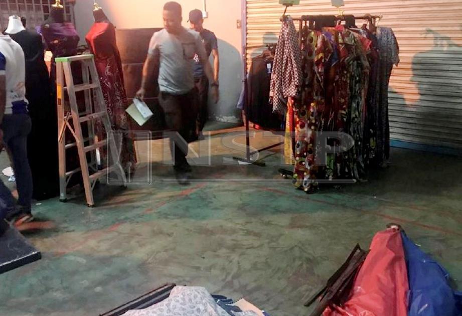 ANGGOTA penguat kuasa DBKL menyita barangan jualan penjaja haram di Pasar Malam Lorong Tuanku Abdul Rahman, Kuala Lumpur, semalam.  FOTO ihsan DBKL.