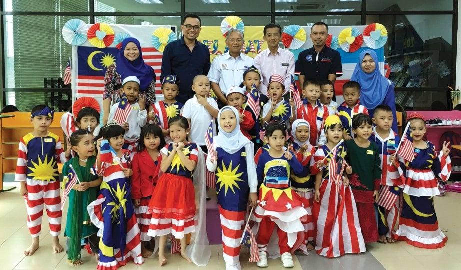 KANAK-KANAK dengan baju patriotisme bergambar selepas aktiviti.