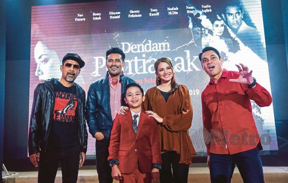 DARI kiri, Namron, Remy Ishak, Nur Fazura dan Hisyam Hamid pada Sidang Media Filem Dendam Pontianak.
