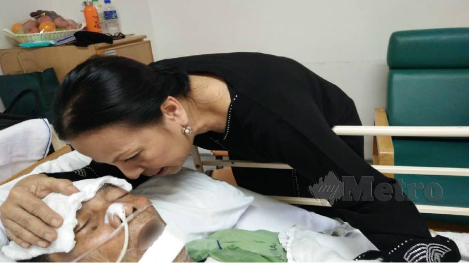 EFFA mengusap kepala Dhalan yang masih tidak sedarkan diri di Hospital Selayang. FOTO Ridzuan Abdul Rahman