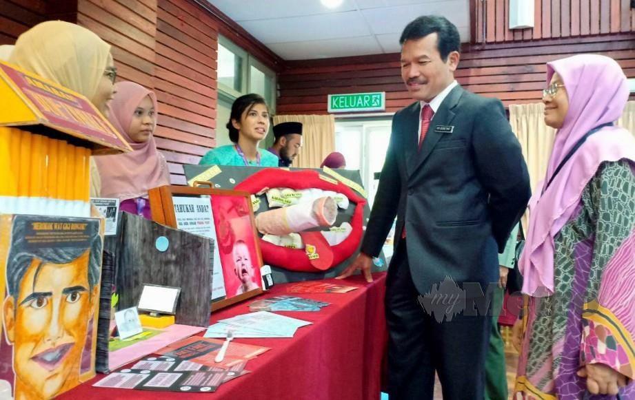 PENGARAH Kanan (Kesihatan Pergigian) Kementerian Kesihatan Malaysia Dr Doreyat Jemun melawat pameran masalah pergigian di Majlis Pelancaran World Cavity Free Future Day 2019. FOTO Ahmad Rabiul Zulkifli
