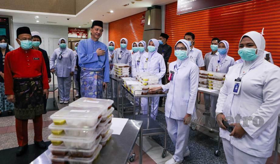 DR Noor Hisham (tengah) menyampaikan sumbangan kepada sebahagian kakitangan Hospital Putrajaya yang bertugas pada hari raya Aidilfitri. FOTO Luqman Hakim Zubir