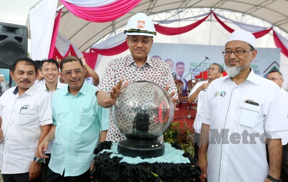 DR AHMAD Samsuri merasmikan Majlis Pecah Tanah RPMM Tok Jembal, Kuala Nerus. FOTO Imran Makhzan