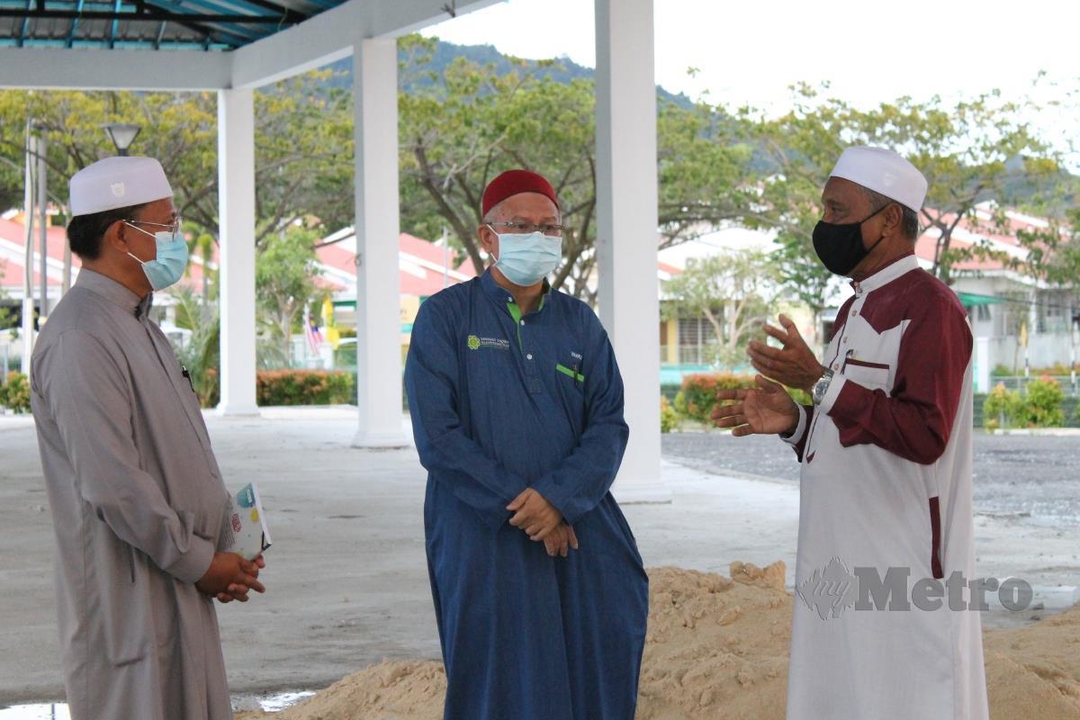 ZULKIFLI (tengah) mendengar penerangan Pengerusi Masjid Taman Bandar Senawang mengenai pembinaan dewan masjid. FOTO Mohd Amin Jalil