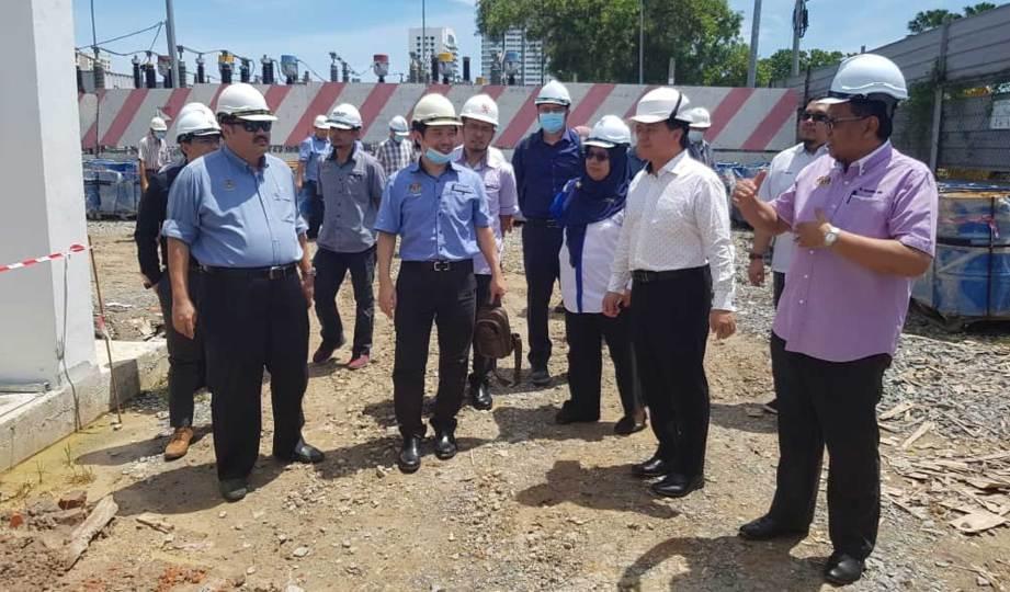 ALI Biju bersama pegawai kanan kementerian mengadakan lawatan di tapak projek pembangunan elektrik di Sandakan, Sabah.