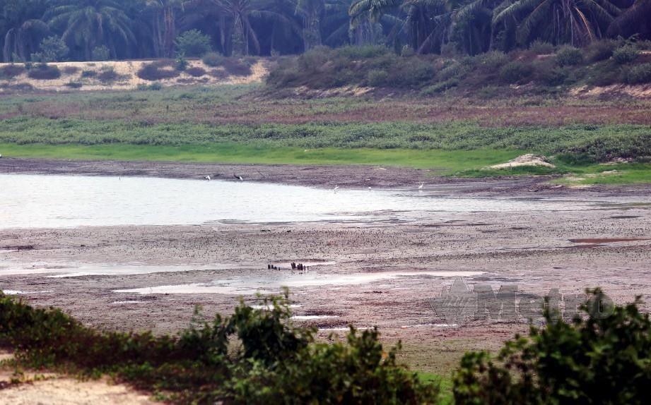 Keadaan paras air yang menyusut di Empangan Durian Tunggal ketika tinjauan pada Sabtu lalu. Foto Rasul Azli Samad
